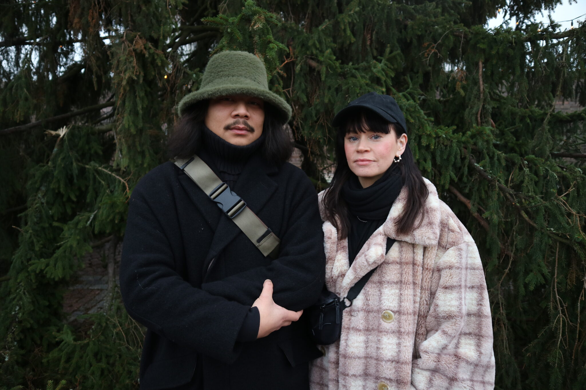 Heiskanen ja Myllymäki seisovat rinnakkain, katsovat kameraan. Taustalla havupuu.