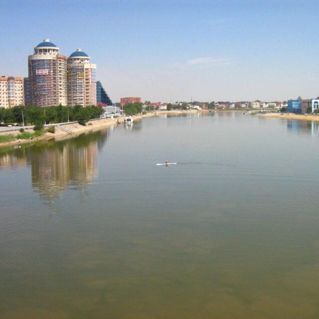 Euroopan kolmanneksi pisimmän joen voi kohta ylittää kävellen. Jätteet ja padot pilaavat Uraljoen.