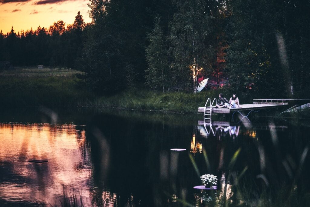 Laituri järvellä, metsää ympärillä.
