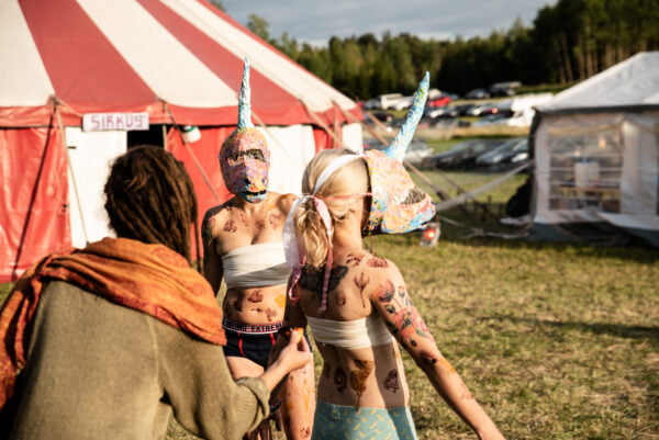 """Kuvitusta artikkeliin """"Urjalan Woodstock..."""""""
